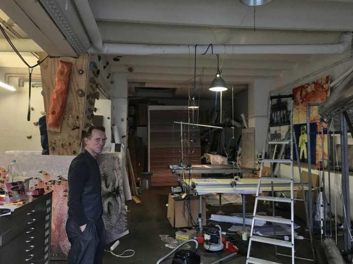 Der Künstler in seinem Atelier