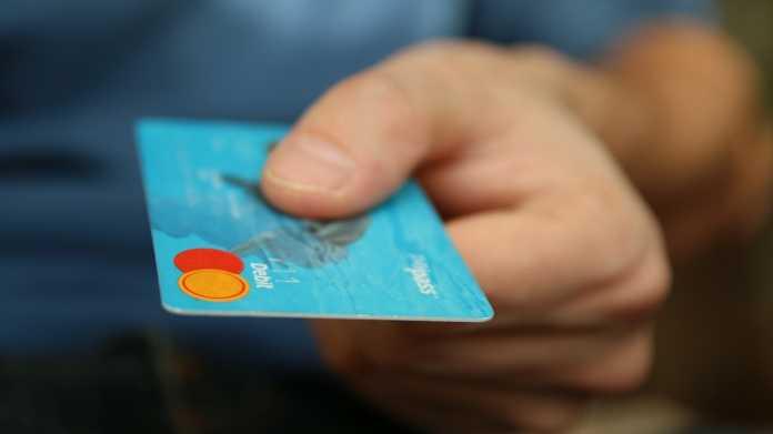 Tschüss Bargeld: Deutsche kauften 2018 erstmals mehr mit Karte ein