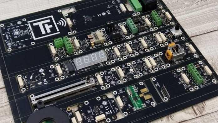 Kasten mit vielen Elektronikbauteilen.