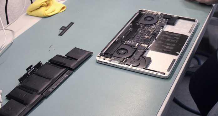 Ein aufgeblähter Akku (links) drückt auf das Trackpad und muss ausgewechselt werden.