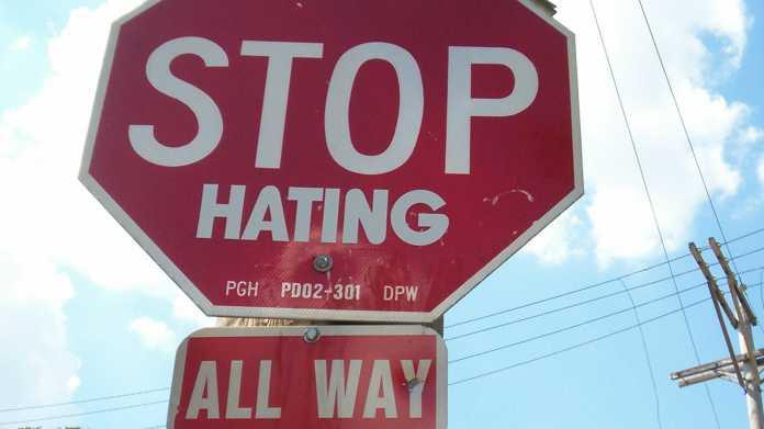 "Schild ""STOP HATING - ALL WAY"""