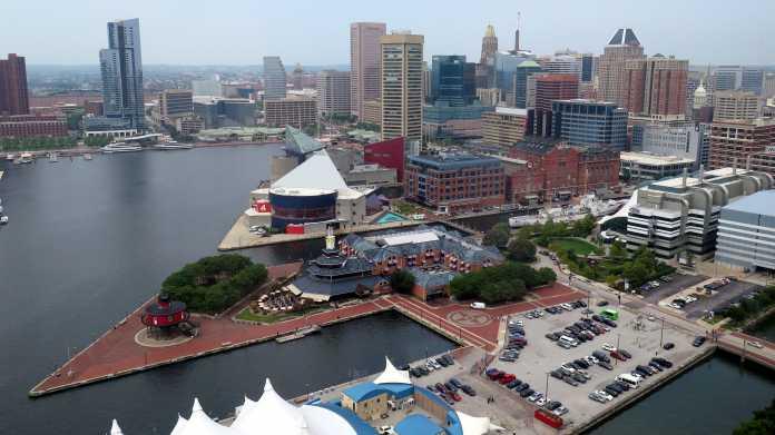 Blick über Hafengeländer auf die Skyline der Innenstadt Baltimores