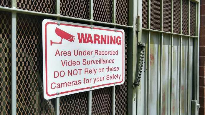 Warnschild: Videoüberwachung - verlassen Sie sich nicht auf davon ausgehende Sicherheit