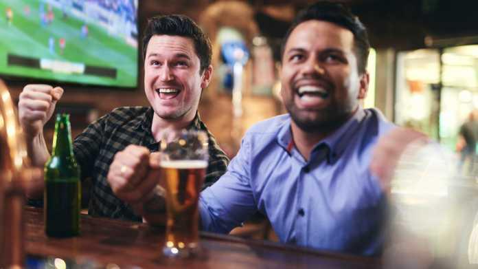 Fußball-Fans in einer Bar