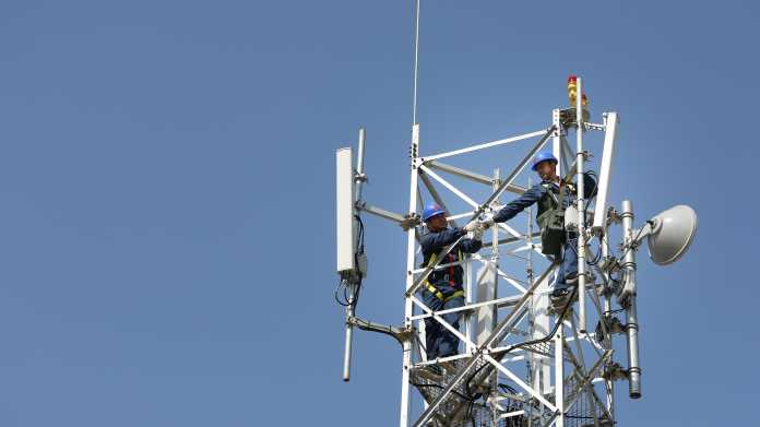 2 Männer auf Mobilfunk-Mast