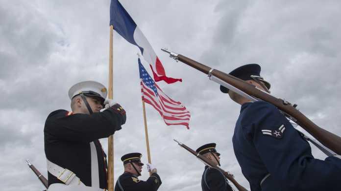 Soldaten, Flaggen Frankreichs und der USA