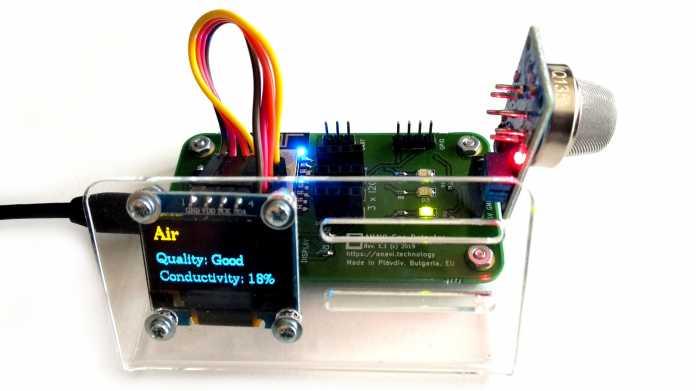 Board mit angeschlossenem Gas-Sensor und Display.