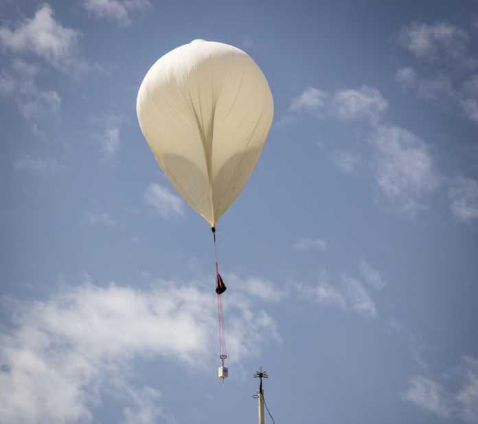 Ein Wetterballon mit Last.