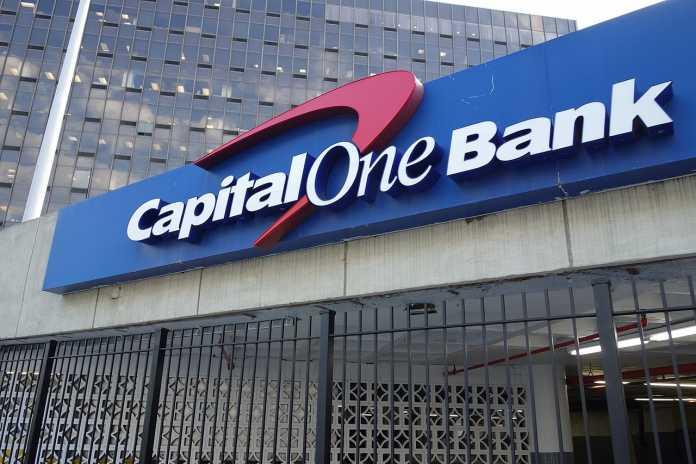 Capital-One-Logo über Einfahrt zu Garage einer Bankfiliale