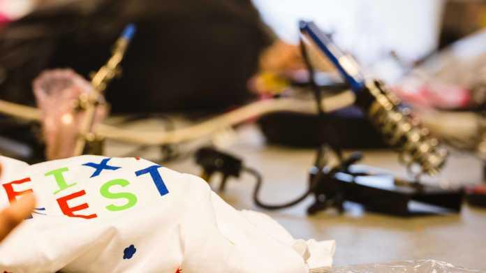 """Tasche mit Aufschrift """"Fixfest"""" auf einem Tisch, im Hintergrund ein Lötkolben."""