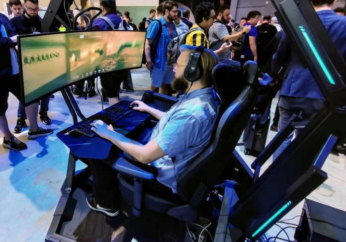 Statt drei Monitore kann man auch einen einzelnen Ultrabreitschirm in den Thronos Air einbauen.