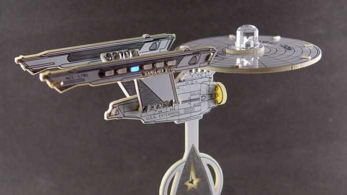 Mini-Modell der USS Enterprise NCC-1701 aus weißem PCB mit LEDs auf der Untertasse und den Warpgondeln.