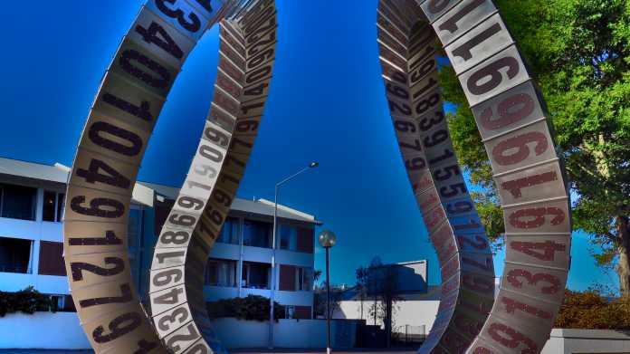 Kunstobjekt riesige Metallschleife mit Ziffern