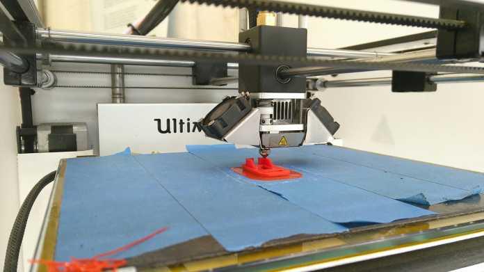 Drucktisch mit angefangenem 3D-Druck.