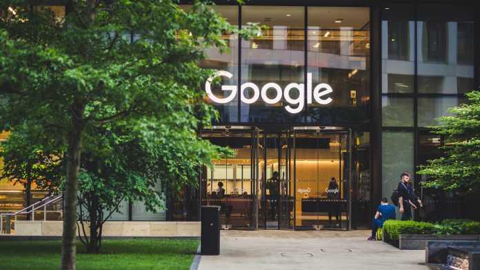 """Glaspalast mit Aufschrift """"Google"""", davor Grünraum und ein Fahrrad"""