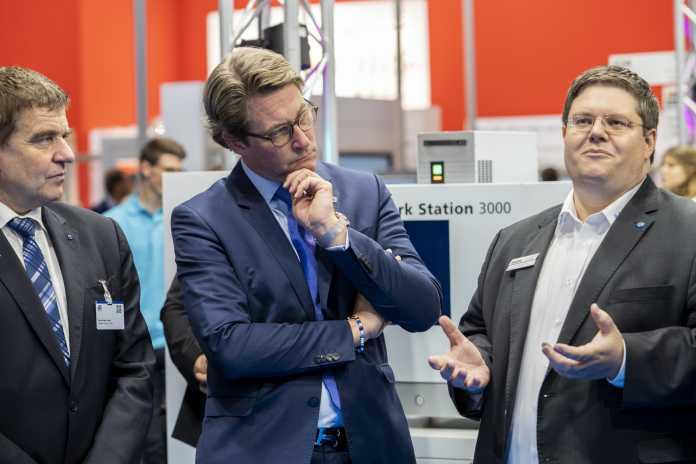 Heinz-Jürgen Prokop, Vorsitzender des VDW, (links) unterhält sich mit dem Minister für digitale Infrastruktur Andreas Scheuer (mitte) und Alexander Broos, dem Projektleiter von Umati beim VDW.