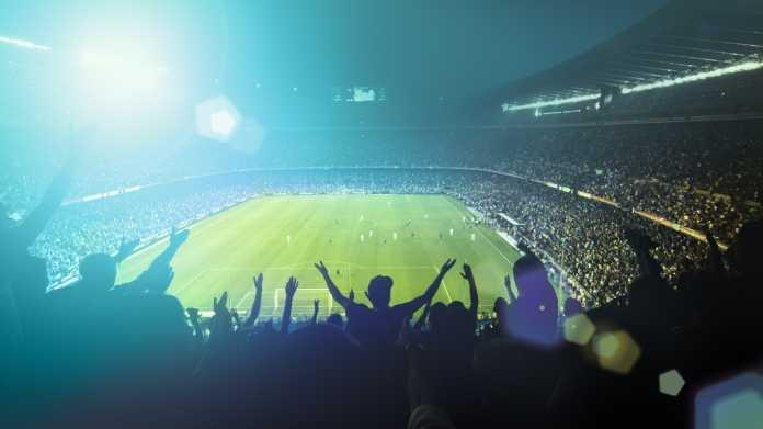 Fans bei einem Fußballspiel im Stadion