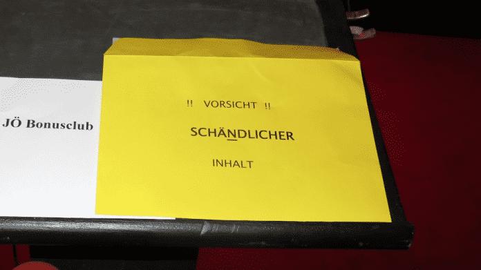 """Zettel mit Aufschrift """"Jö Bonusclub, Kuvert mit Aufschrift """"Vorsicht schändlicher Inhalt"""""""