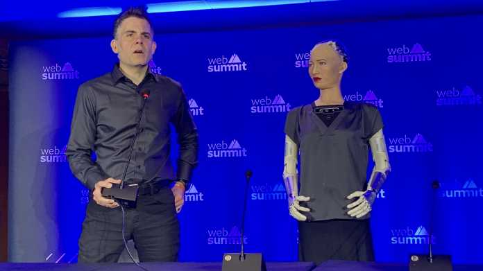 Pressekonferenz mit den Robotern Philip K. Dick und Sophia