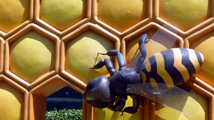 Plastik einer Biene auf Honigwaben