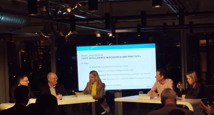 Im Rahmen der Eröffnungsfeier moderierte die BR-Journalistin Caro Matzko eine Panel-Diskussion zu Sicherheit und KI.