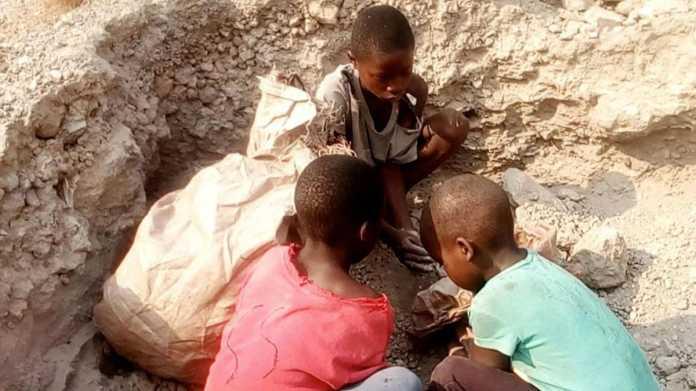 Tödliche Kinderarbeit: Apple, Alphabet, Dell, Microsoft und Tesla verklagt