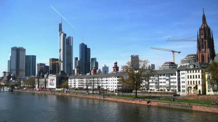 Skyline Frankfurt/Main, im Vordergrund der Main