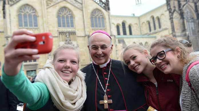 Jugendliche schießen Selfie mit einem Bischof