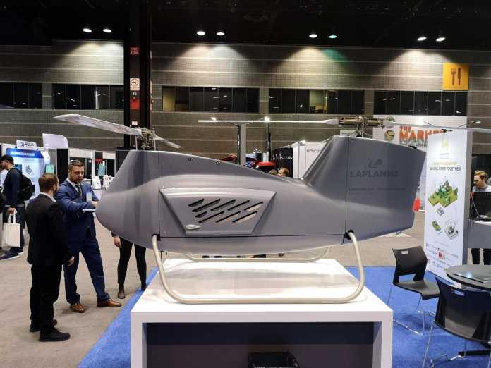 Graue Drohne in Gestalt eines Hubschraubers