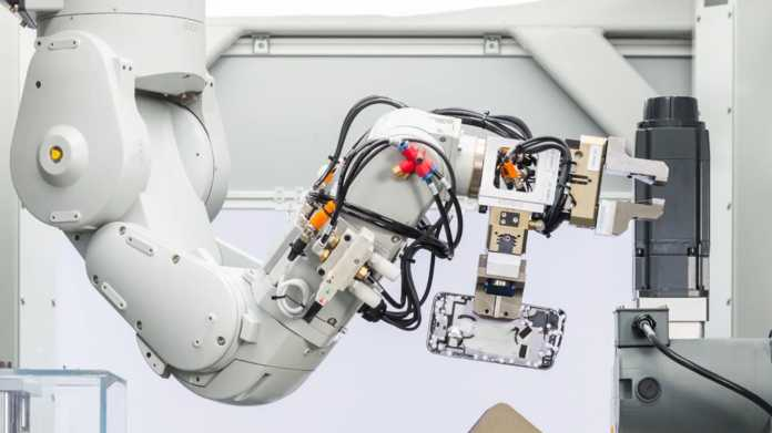 Apples Recycling-Roboter trennt iPhones in 14 Minerale
