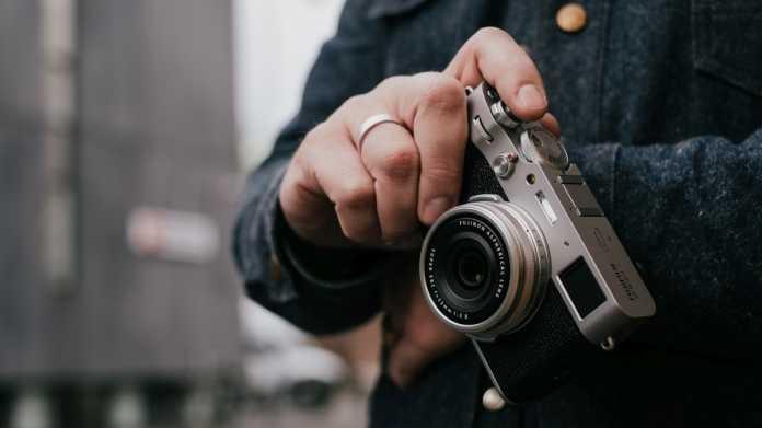 Fujifilm X100V: Kompaktkamera mit APS-C-Sensor und optischem Sucher