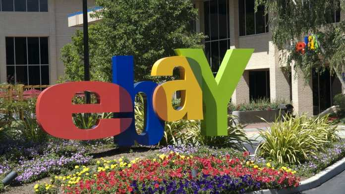 eBay-Logo steht in Blumenbeet