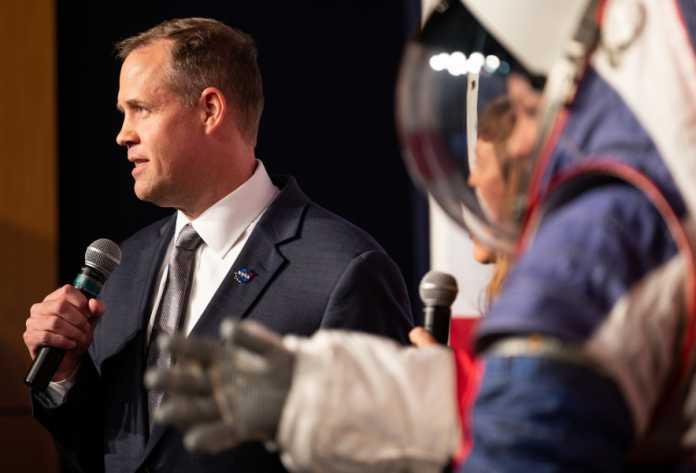 NASA-Chef Jim Bridenstine bei der Vorstellung der Artemis-Raumanzüge