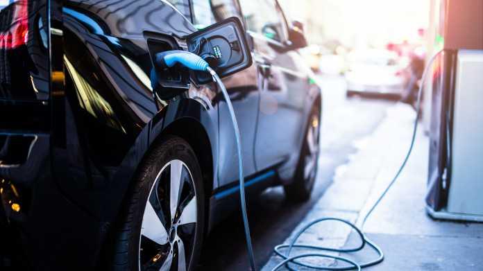 VdTÜV-Umfrage: Hohe Preise und geringe Reichweite halten vom E-Auto-Kauf ab