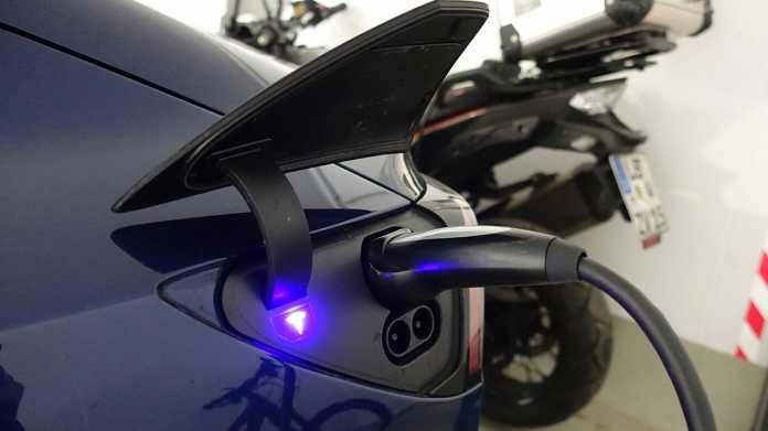 Ein Tesla Model 3 am Ladestecker der Garage. Batterieelektrische Autos können künftig das Netz unterstützen. Bisher gibt es jedoch nur wenige bidirektionale Ladeeinheiten.