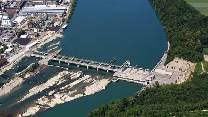 Wasserkraftwerke (im Bild das Rheinkraftwerk Rheinfelden der EnBW) können vergleichsweise zügig ein- und ausgeschaltet werden, sodass auch sie zur Regelung beitragen können. Bei einer Abregelung fließt nur eben CO2-neutraler Strom nicht, das ist also weniger hilfreich als Speicherung.
