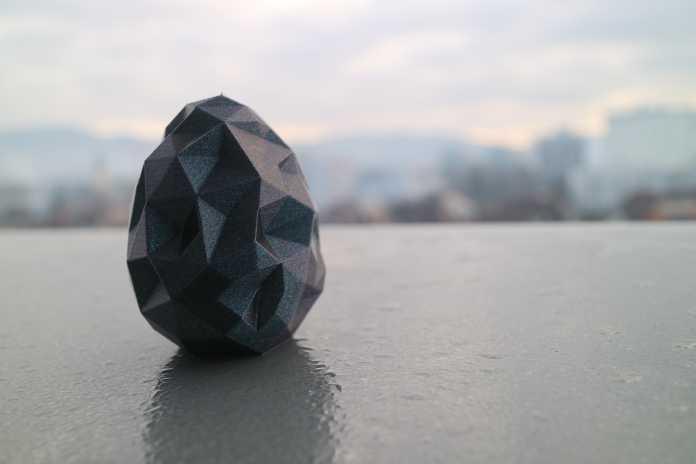 Das Polygon-Ei gedruckt in blauem Glimmer-Filament.