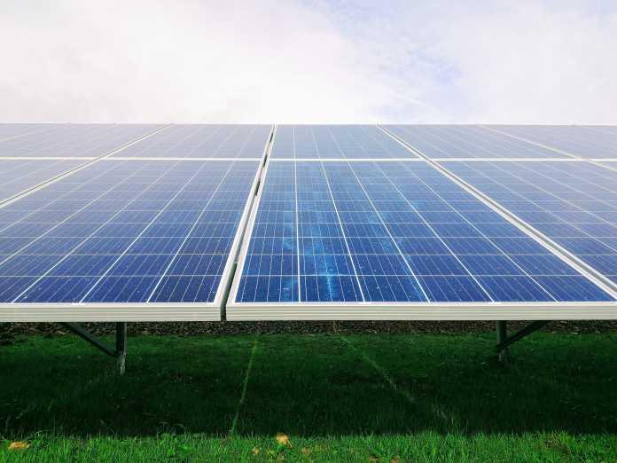 Feld mit Solarzellen: Es könnte alles noch effizienter werden.