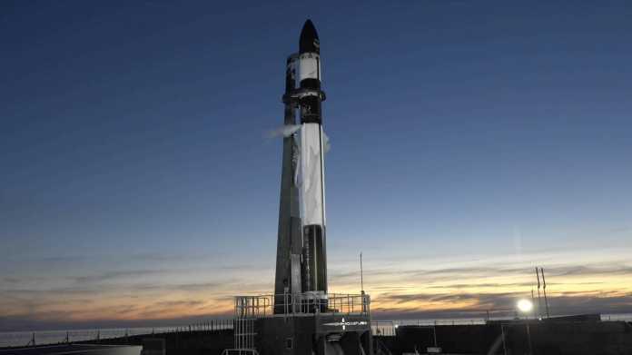 Rocket Lab fängt Raketenstufe mit dem Hubschrauber ein