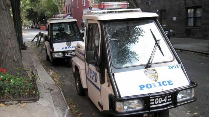 """Dreirädriges Fahrzeug mit Blautlicht und Aufschrift """"NYPD - Police"""""""