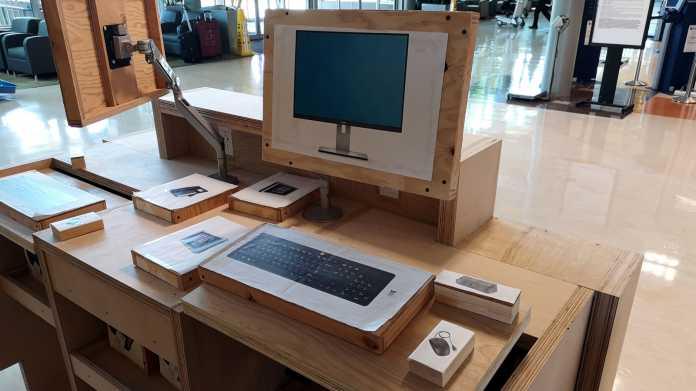 Mockup einer Kundendiensttheke mit unechtem Monitor, Tastatur, Maus, Nadeldrucker und anderen Peripheriegeräten
