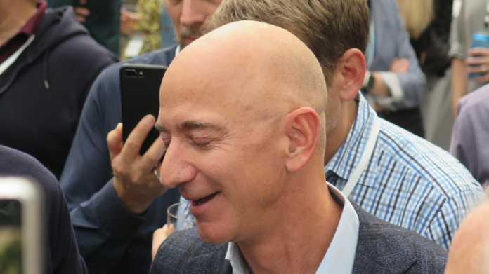 Jeff Bezos mit geschlossenen Augen