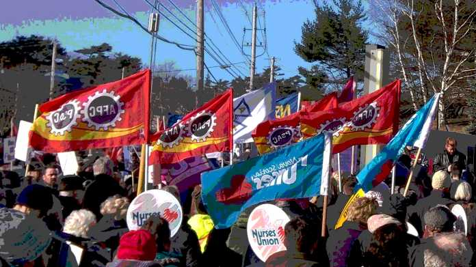 Kundgebung mit Fahnen mehrerer Gewerkschaften