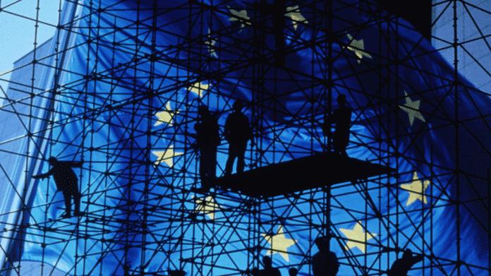 EU: Flagge mit Gerüst