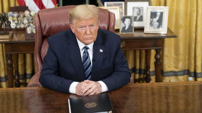 Donald Trump an Schreibtisch