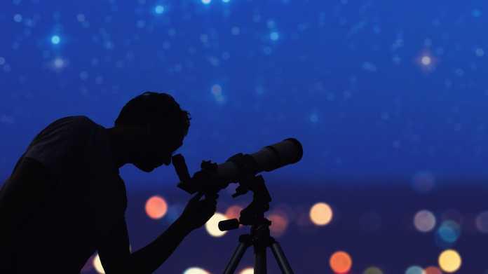 Sternschnuppen am Nachthimmel - Aquariden-Meteore verglühen