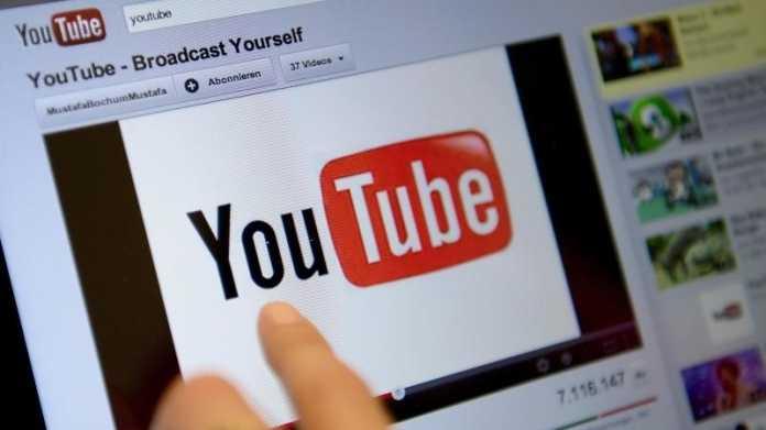 Finger zeigt auf YouTube-Video