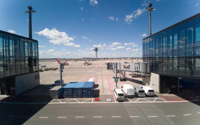 Ausblick aus dem Hauptpier auf das Vorfeld B und den BER-Tower