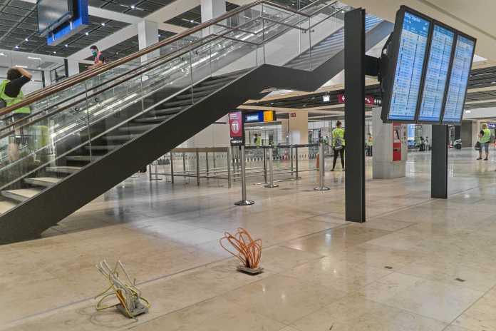 Verteilerebene zwischen Bahnhof und Terminal 1. Hier scheinen noch Monitore oder Automaten installiert zu werden.