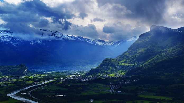 Liechtenstein - Blick auf Alpental mit Fluss